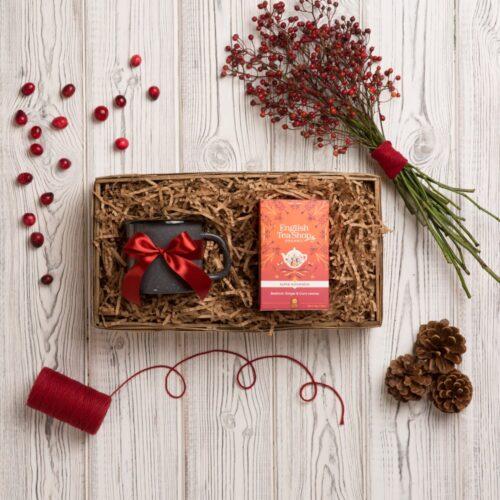 kosz prezentowy z herbatą organiczną i kubkiem