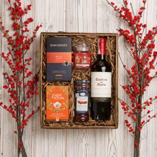 kosz prezentowy z czerwonym winem
