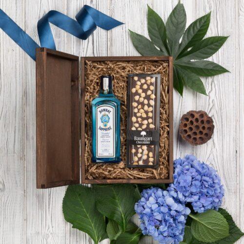 kosz prezentowy z ginem Bombay Sapphire i czekoladą w drewnianej skrzyni